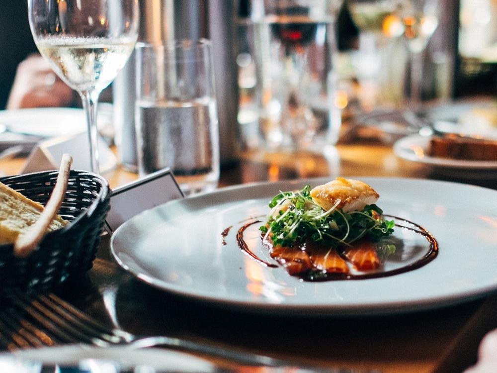 Je nach Fischgericht empfiehlt sich ein anderer Wein. Foto: pixabay